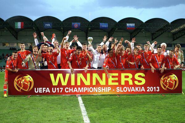 Футболисты юношеской сборной России и члены тренерского штаба празднуют победу