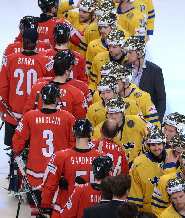 Хоккеисты сборной Швейцарии (слева) и хоккеисты сборной Швеции после финального матча