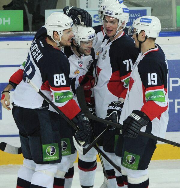 Хоккеисты Слована радуются заброшенной шайбе ве 1/8 финала плей-офф против  московского Динамо