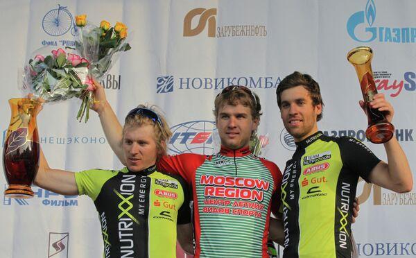 Алексей Серебряков ( в центре)