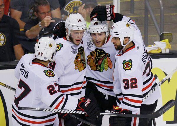Хоккеисты Чикаго празднуют гол Джонатана Тэйвза, забитый в финале Кубка Стэнли в ворота Бостона