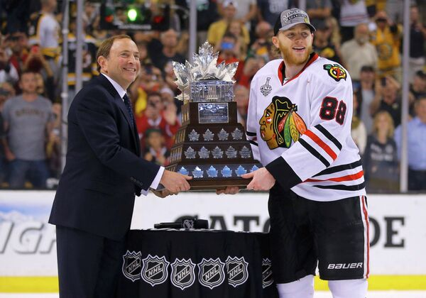 Нападающий Чикаго Патрик Кейн с призом Конн Смайт Троффи (справа) и комиссионер НХЛ Гэри Беттмэн