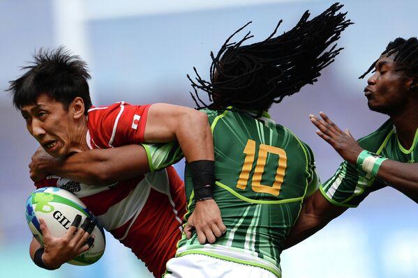 Игровой момент матча мужской части Кубка мира по регби-7 Япония - ЮАР