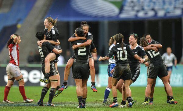 Игроки женской сборной Новой Зеландии радуются победе в финальном матче Кубка мира по регби-7