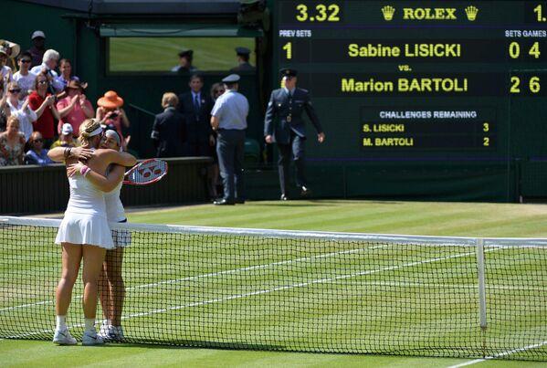 Марион Бартоли и Сабина Лисицки благодарят друг друга за игру в финальном матче Уимблдона