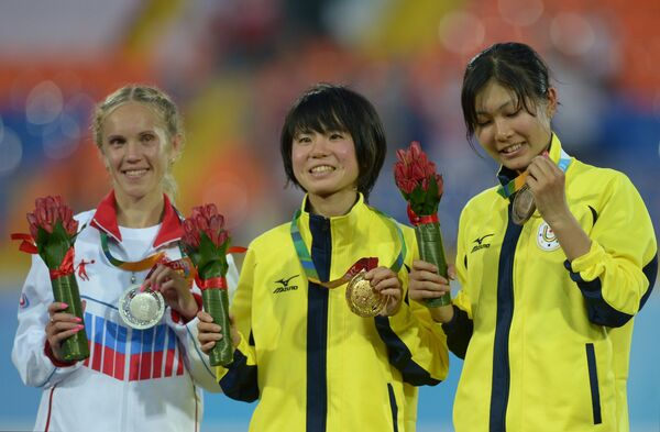 Алина Прокопьева (Россия) - серебряная медаль, Аюко Сузуки (Япония) - золотая медаль, Маи Цуда (Япония) - бронзовая медаль (слева направо)