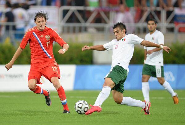 Игрок сборной России Владимир Дядюн (слева)