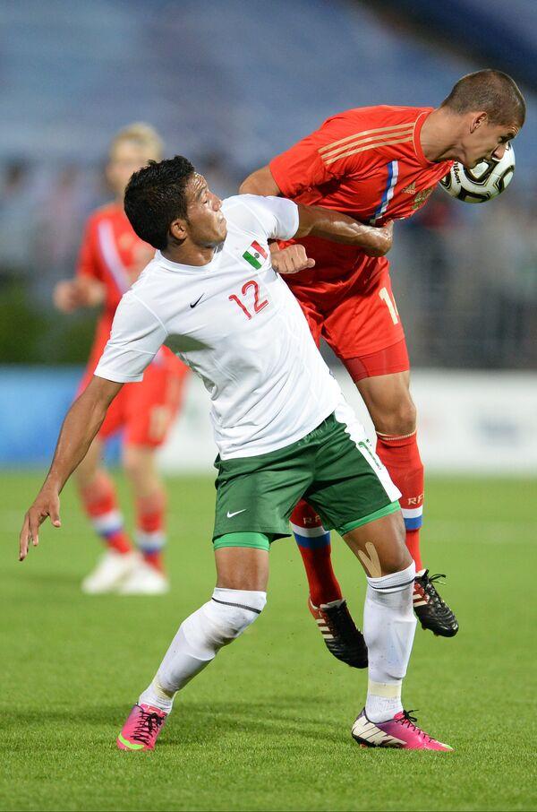 Игрок сборной Мексики Хесус Альберто Альварадо (слева) и игрок сборной России Максим Жестоков