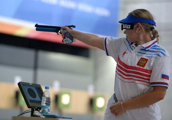 Любовь Яскевич (Россия) во время финальных соревнований по пулевой стрельбе из пневматического пистолета