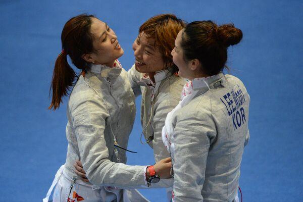 Корейские спортсменки Ким Джи Йон, Ли Расон и Ли Ву Ри после победы в финальном поединке по фехтованию на саблях