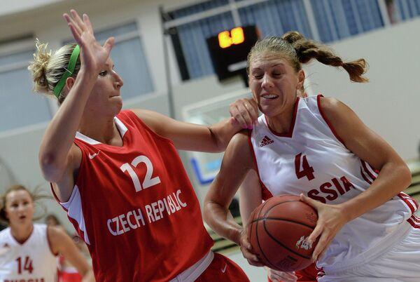 Игрок сборной Чехии Клара Росенбаумова и игрок сборной России Татьяна Григорьева
