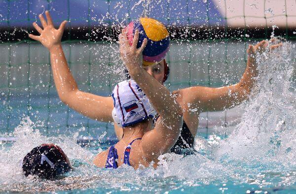 Игровой момент матча по водному поло между студенческими командами России и США