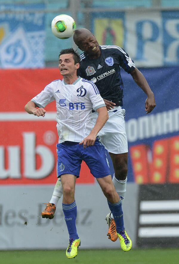 Нападающий Волги Мулумба Мукенди (на заднем плане) и полузащитник Динамо Артур Юсупов