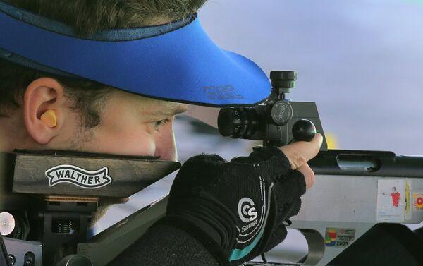 Сергей Каменский (Россия) во время квалификационных соревнований по пулевой стрельбе