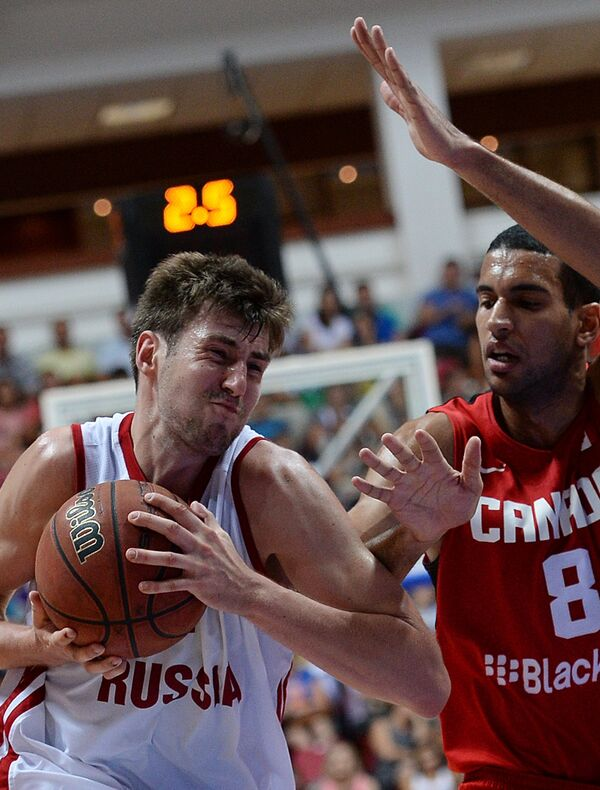 Игровой момент матча по баскетболу между сборными командами России и Канады