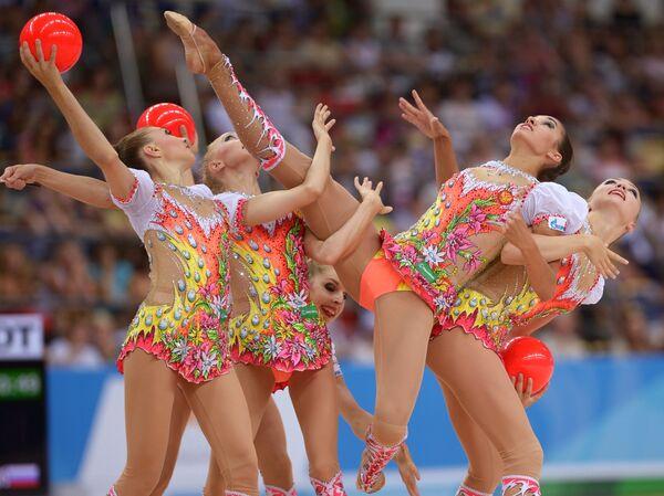 Спортсменки сборной России спортсменки выполняют упражнения с мячами и лентами