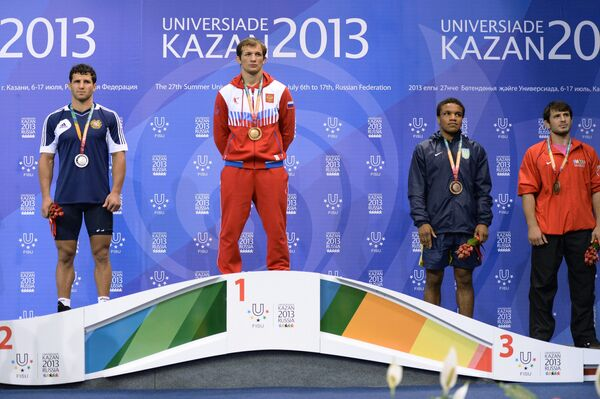 Алан Хугаев (в центре)