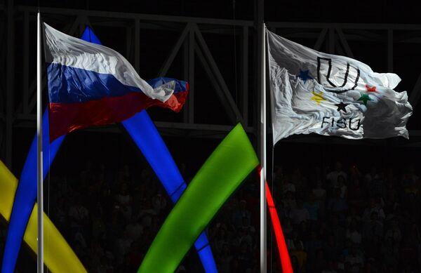 Российский флаг и флаг FISU