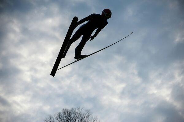 Спортсмен по прыжкам на лыжах с трамплина