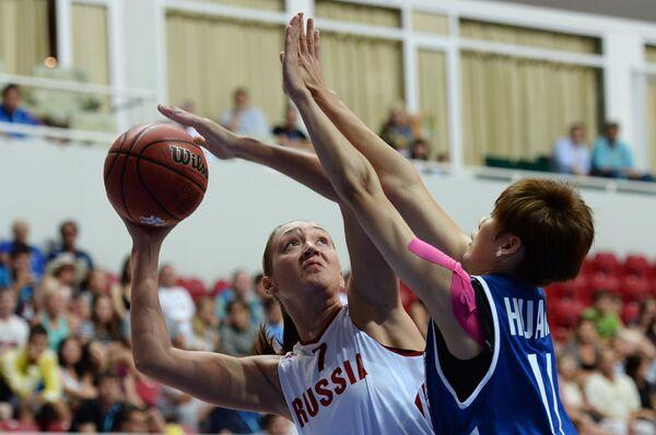 Игрок сборной России Анастасия Логунова и игрок сборной Китайского Тайбэя Хуан Пин-Дзэнь (слева направо)