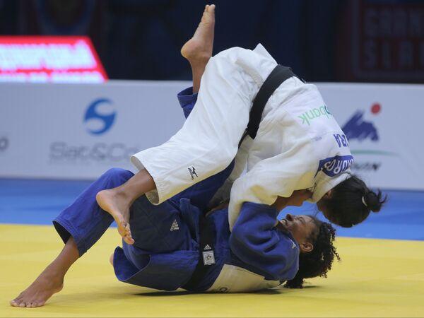 Бразильянка Кетлейн Квадрос (вверху) в поединке против немки Мириам Ропер