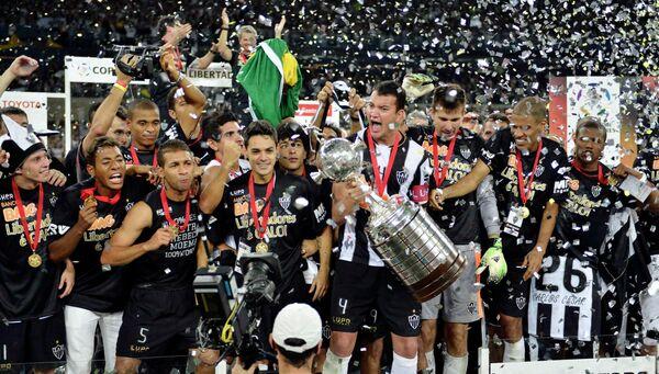 Футболисты Атлетико Минейро во время церемонии награждения