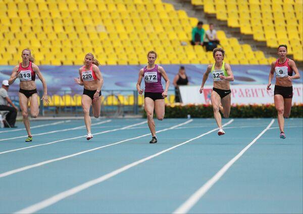 Участницы финальных соревнований по легкой атлетике во время забега на дистанции 200 метров