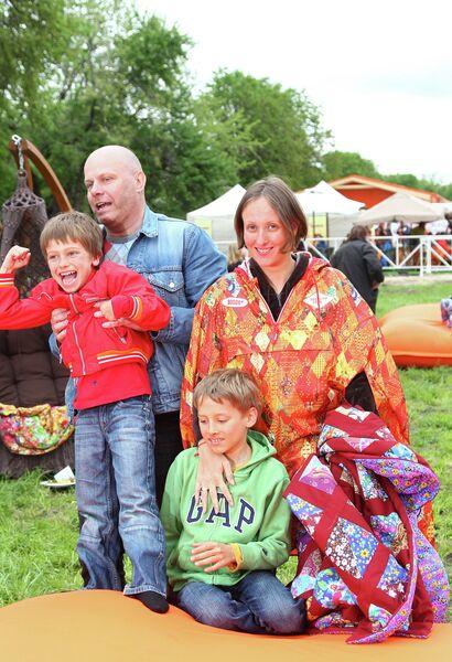 Алексей Кортнев с супругой Аминой Зариповой и детьми Афанасием и Арсением