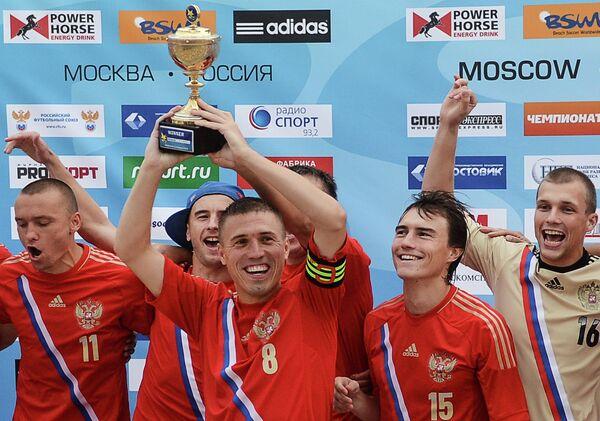 Игроки сборной России по пляжному футболу радуются победе