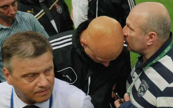 Сергей Чебан (справа) и главный судья матча Сергей Карасев (второй справа)