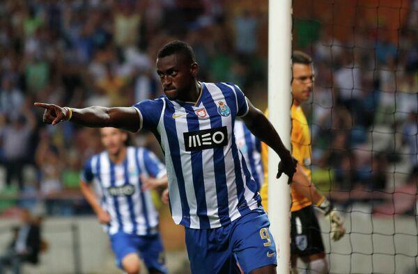 Форвард Порту Джексон Мартинез забивает мяч в ворота Витории в матче за Суперкубок Португалии