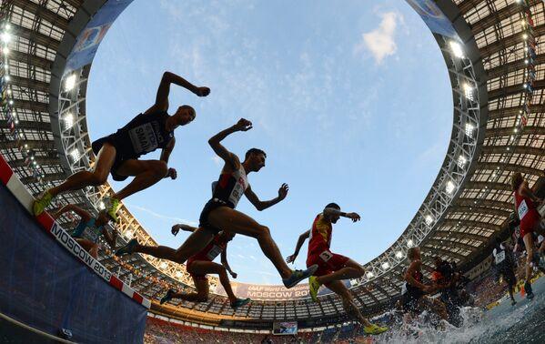 Спортсмены в финальном забеге на 3000 м с препятствиями (стипль-чез) среди мужчин на чемпионате мира по легкой атлетике в Москве