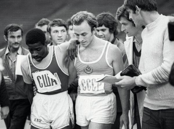 Валерий Борзов (третий слева)
