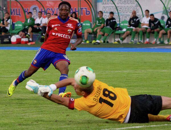 Нападающий ЦСКА Ахмед Муса (слева) забивает гол в ворота голкипера Томи Петра Вашека