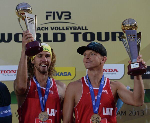Пляжники сборной Латвии Янис Шмединьш (справа) и Александр Самойлов