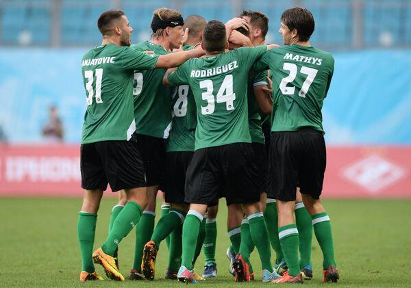 Футболисты Санкт-Галлена радуются забитому голу