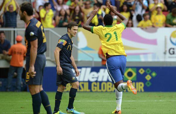 Нападающий сборной Бразилии Жо празднует мяч в ворота сборной Австралии в товарищеском матче