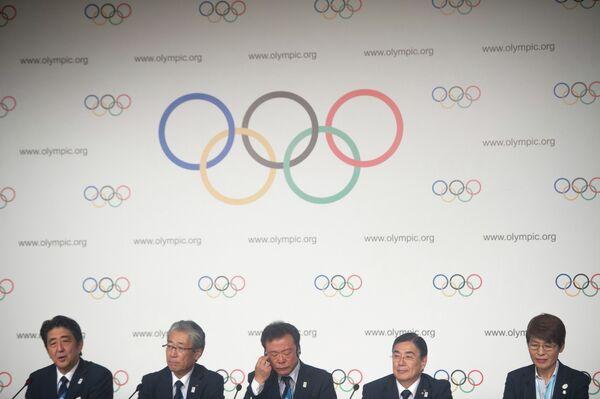 Премьер-министр Японии Синдзо Абэ, президент национального олимпийского комитета и глава заявки Токио-2020 Цукенадзу Такеда, мэр Токио Наоки Иносэ и исполнительный директор заявочного комитета Токио-2020 Масато Мидзуно (слева направо)