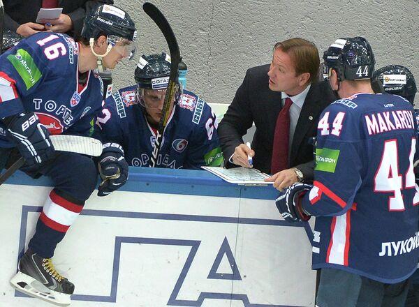 Главный тренер хоккейного клуба Торпедо Петерис Скудра (второй справа)