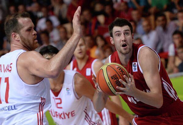Центровой сборной Турции Огюз Саваш и защитник сборной России Сергей Карасев (слева направо)