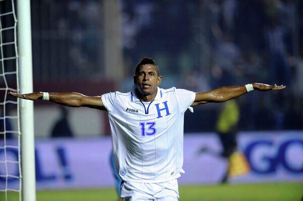 Нападающий сборной Гондураса Карло Костли радуется забитому мячу в ворота сборной Панамы