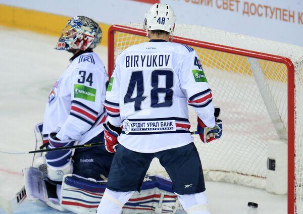 Вратарь Металлурга Александр Печурский (слева) и защитник Металлурга Евгений Бирюков