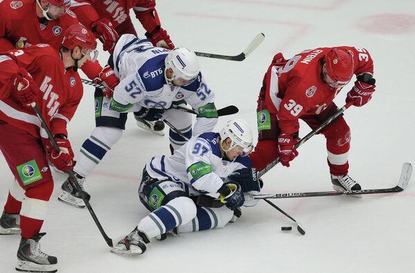 Нападающие ХК Динамо Алексей Сопин, Максим Карпов и нападающий ХК Витязь Максим Рыбин (слева направо)