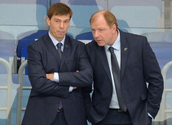 Исполняющий обязанности главного тренера ХК Атлант Алексей Кудашов (слева) и генеральный менеджер команды Алексей Жамнов
