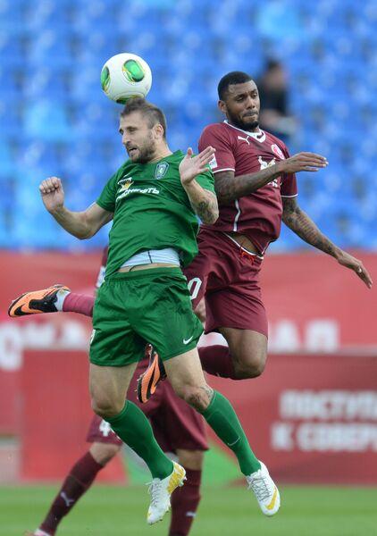 Ян Голенда (слева) и игрок ФК Рубин Хосе Саломон Рондон