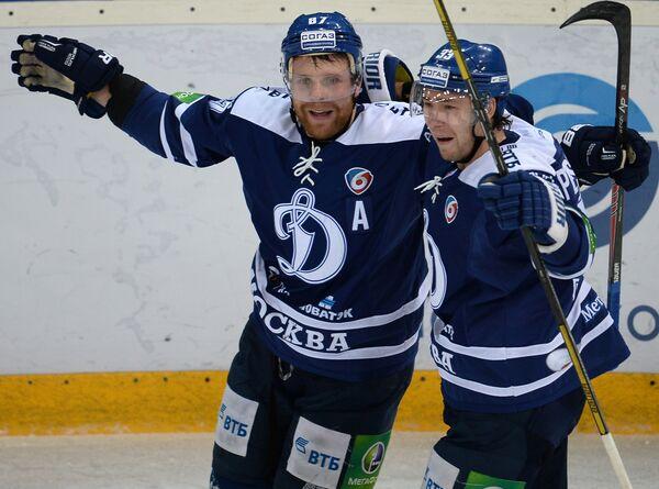 Нападающие Динамо Леонид Комаров и Максим Пестушко (справа