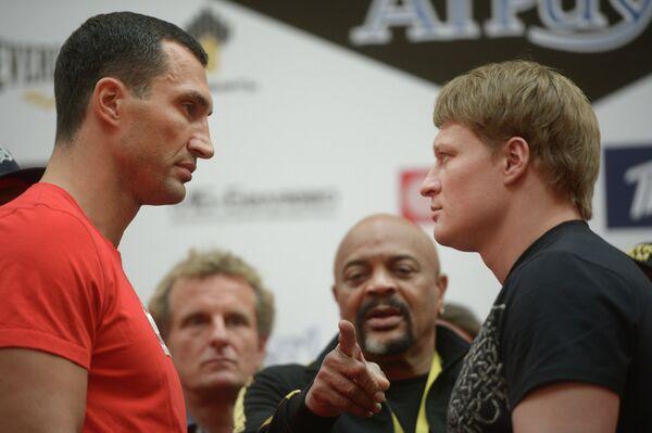 Украинский боксер Владимир Кличко (слева) и российский боксер Александр Поветкин (справа)