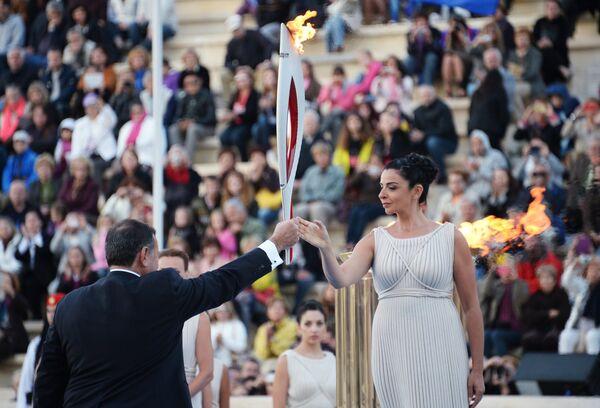 Ино Менегаки в роли Верховной жрицы богини Геры и президент Греческого Олимпийского комитета Спирос Капралос