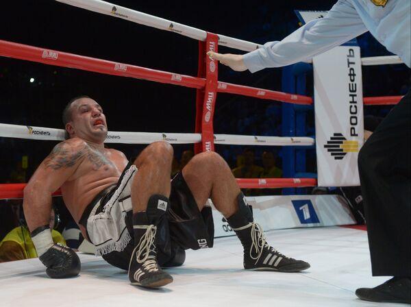 Румын Юлиан Илие в нокдауне