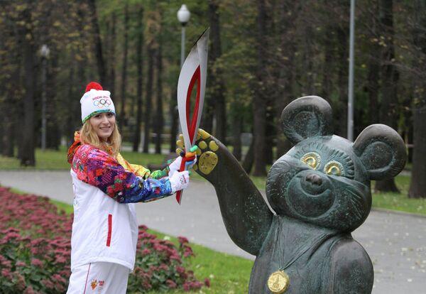Юлия Винокурова у памятника Олимпийскому Мишке на Лужнецкой набережной в Москве